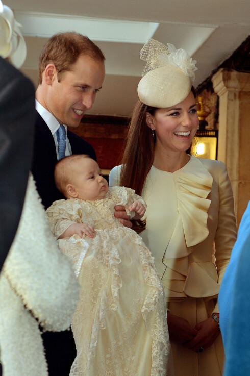 SYMBOLSK: Prins William og hertuginne Kate døpte prins George i det kongelige kapellet der Dianas legeme lå før begravelsen sin i 1997.  Foto: Ap