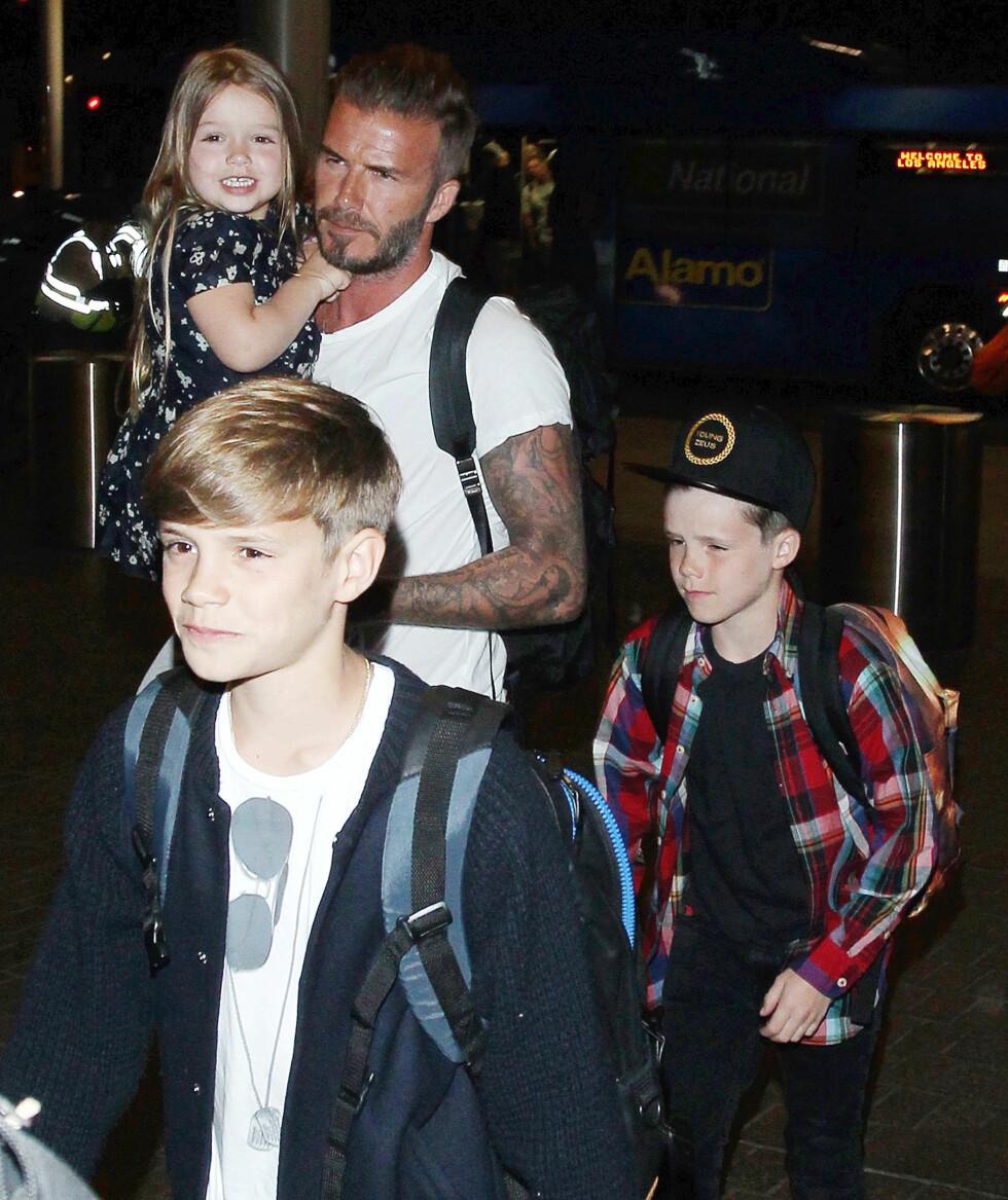 HARPER OG GUTTA: Her på flyplassen i L.A. i april, sammen med pappa David Beckham og sine to yngste brødre, Romeo (foran) og Cruz.  Foto: Broadimage