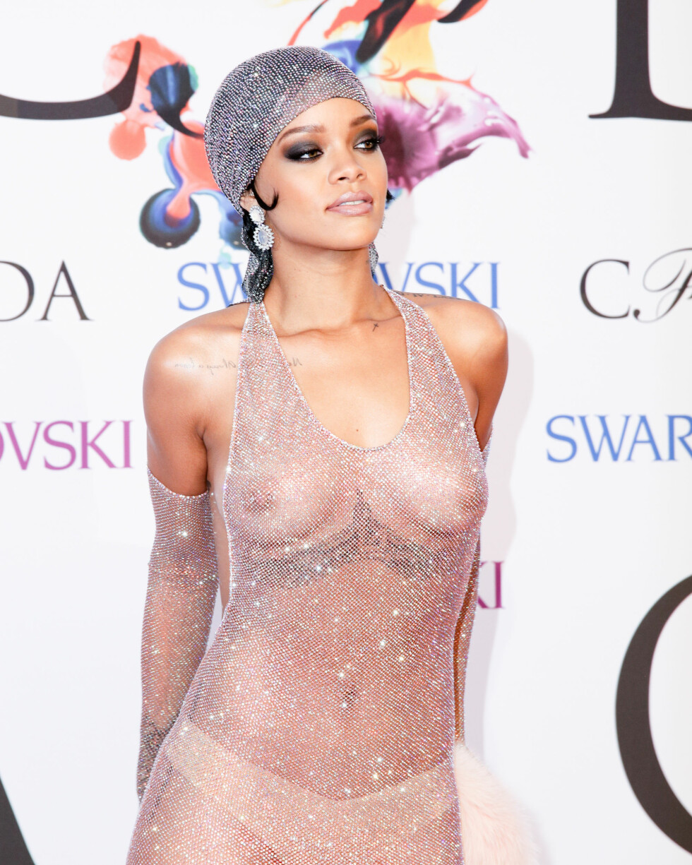 SJOKKERTE: På fjorårets CFDA Fashion Awards, dukket Rihanna opp i det som bare kan beskrives som en «nakenkjole». I år glimret popstjernen med sitt fravær, og stilen på den røde løperen mandag kveld var av det mer nedtonede slaget.  Foto: SipaUSA