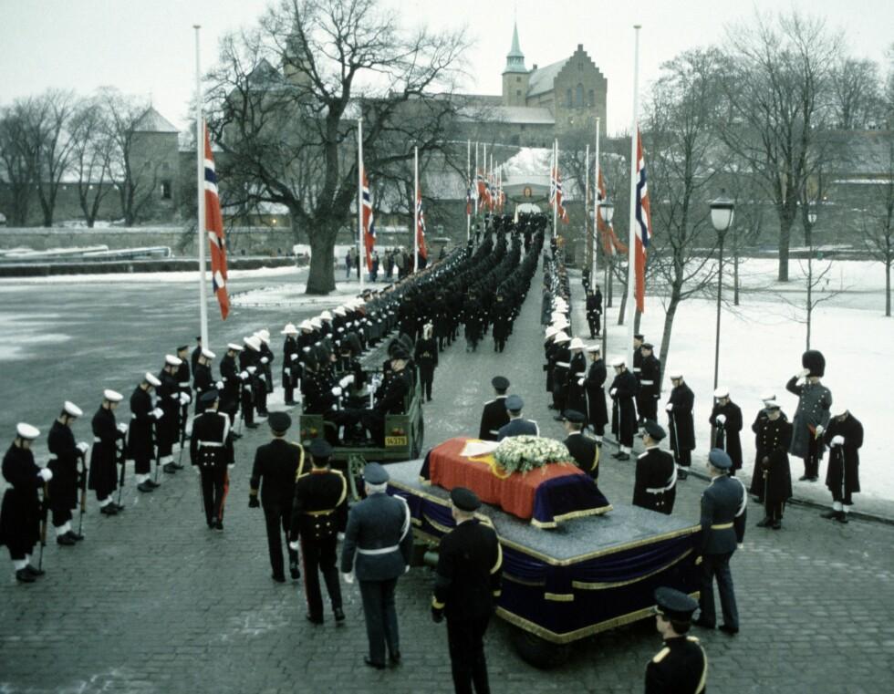 DØDE I 1991: Her føres kong Olavs båre fra begravelsen i Oslo Domkirke til Akershus slott. Den militære æresvakt dannet rammen for kong Olavs siste ferd.  Foto: Per Svensson / Aftenposten    *** FOTO IKKE BILDEBEHANDLET *** Foto: Aftenposten