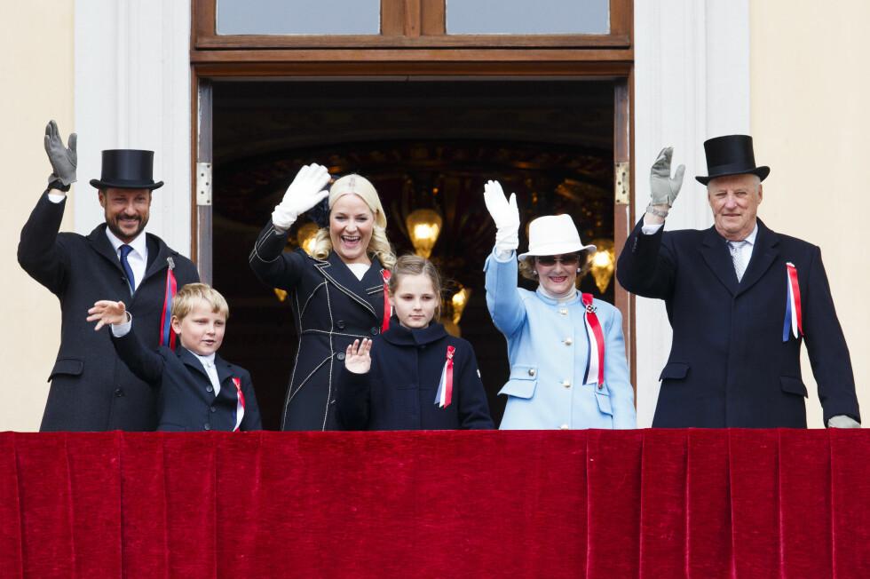 KONGELIG SLEKTSTREFF: Kong Harald, dronning Sonja, kronprinsesse Mette-Marit, kronprins Haakon, prinsesse Ingrid Alexandra og prins Sverre Magnus vinket til barnetoget på 17.mai. Søndag får de møte mange andre av sine slektninger i Oslo. Foto: NTB scanpix