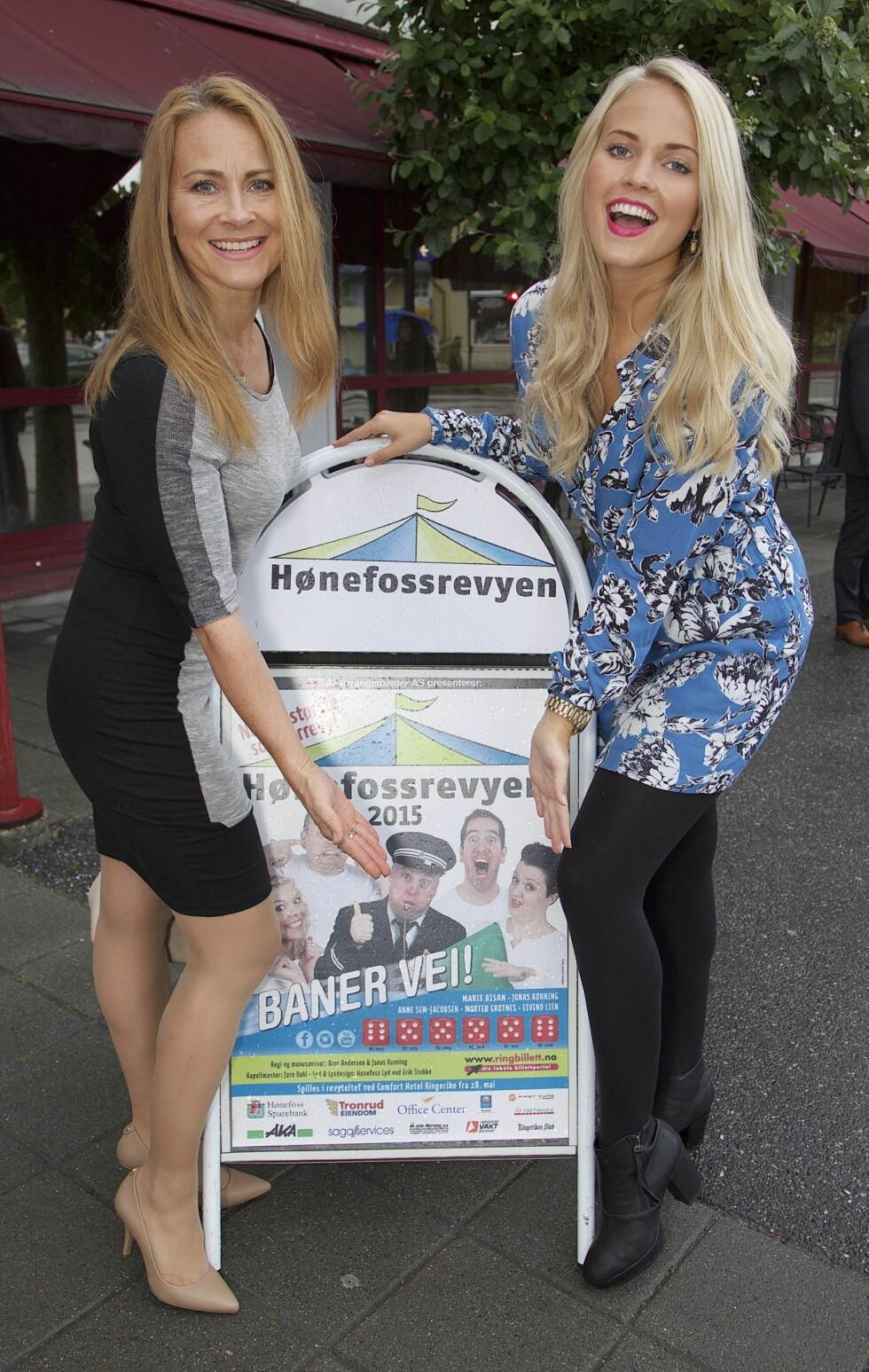 SER LYST PÅ LIVET: Den populære bloggeren fra Hønefoss ser frem til sommeren, og tirsdag kveld var hun og moren Linda i storslag på Hønefossrevyen 2015. Foto: Tore Skaar