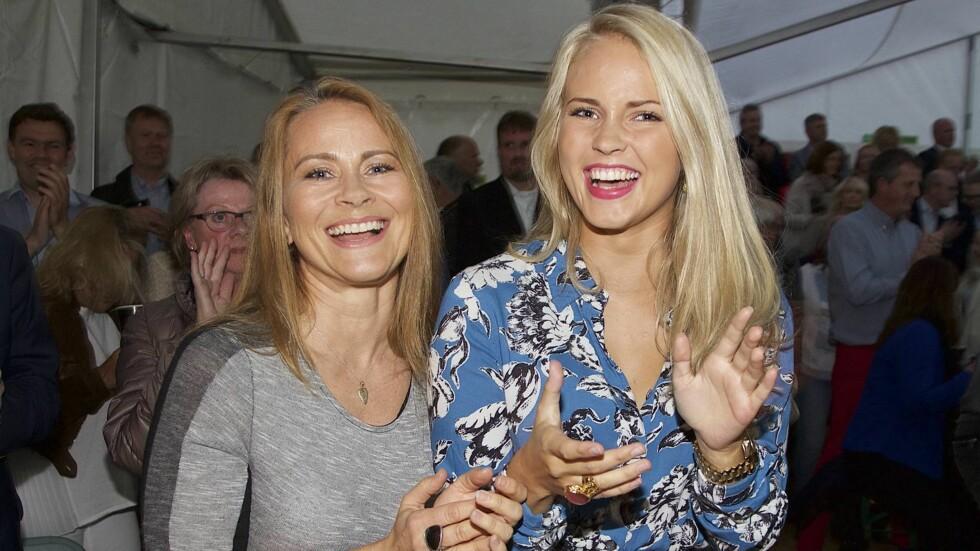 KOM MED MAMMA: Blogger Emilie «Voe» Nereng avslørte at hun er blitt singel, da hun dukket opp på Hønefossrevyen 2015 sammen med moren Linda (t.v) fremfor kjæresten. Mor og datter koste seg på revyen.  Foto: Tore Skaar