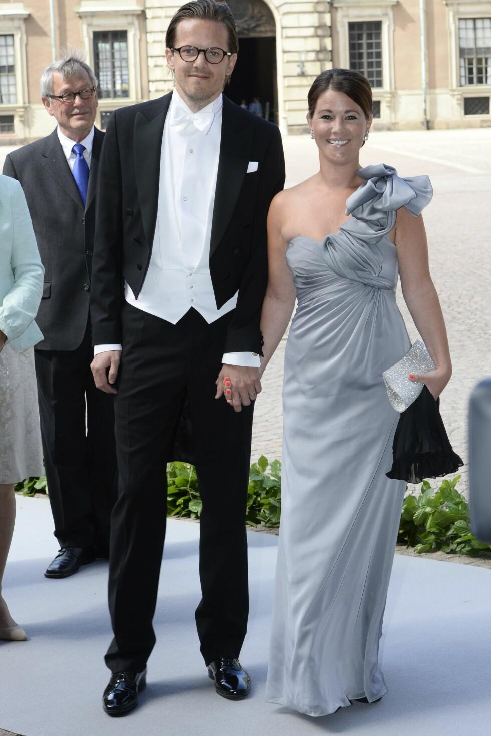 VENNINNE MED SVIGERINNEN: Her er Emma Pernald sammen med ektemannen Tomas Jonsson i bryllupet til prinsesse Madeleine og Christopher O'Neill i 2013.  Foto: NTBscanpix