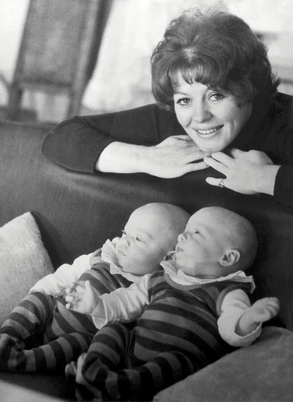 DOBBELT LYKKE: Det var ikke før under fødselen for 45 år siden at Kari Simonsen og ektemannen Peder Wright Cappelen fikk beskjed om at de skulle bli foreldre til to små krabater. Foto: Privat