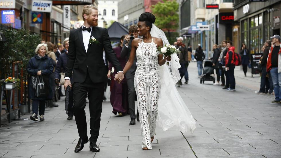 NÅ ER DE GIFT: Odd-Magnus Williamson og Tinashe Bakasa Roll kunne ikke sett mer forelsket ut.  Foto: Espen Solli