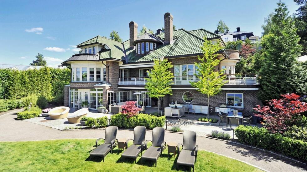 HERSKAPELIG: Den luksuriøse innholdsrike villaen på 488 kvadratmeter har også privat sandstrand, egen brygge og en gedigen garasje med plass til fire biler. Foto: Se og Hør