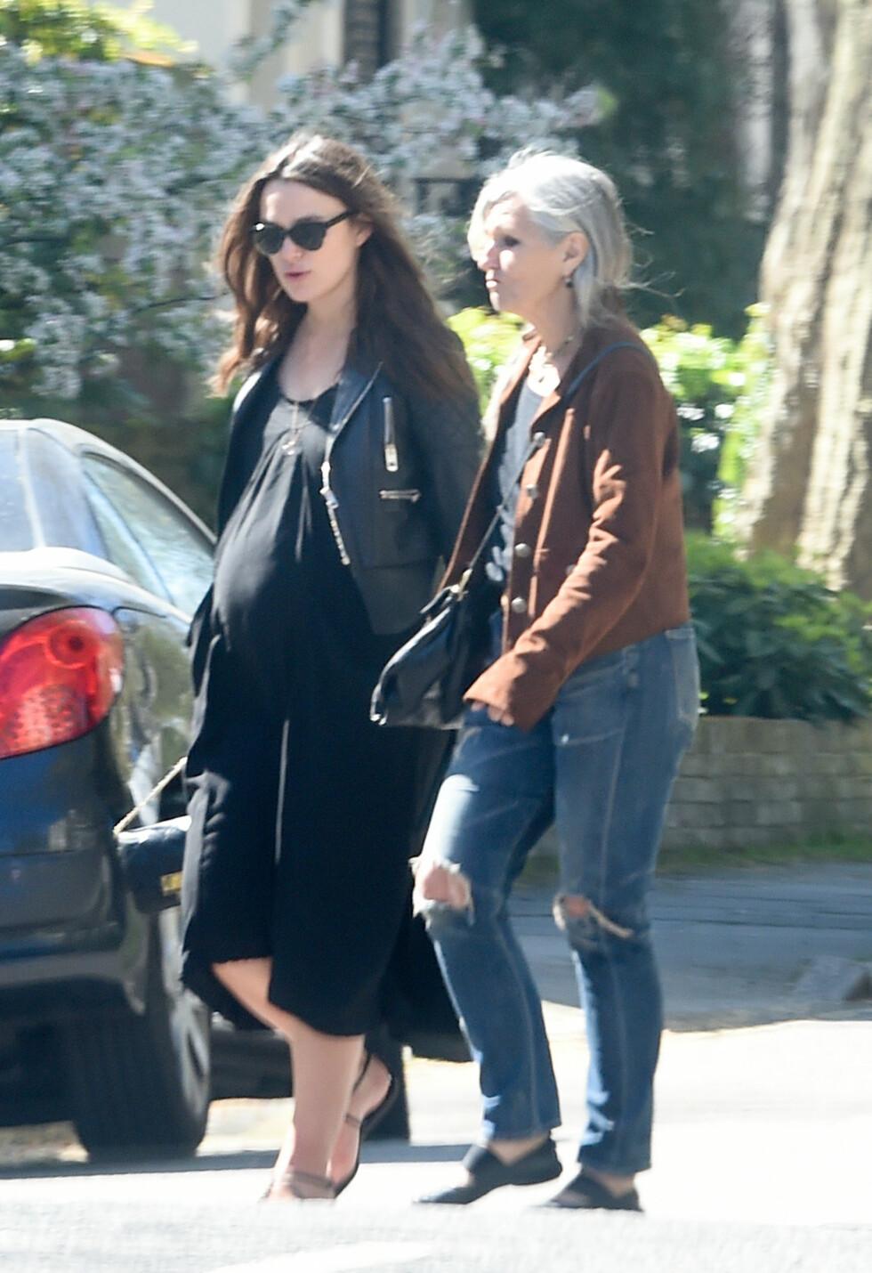 HØYGRAVID: Knightley var ikke mange ukene unna å bli mamma, da hun viste seg på shopping med moren sin nylig. Foto: Splash News
