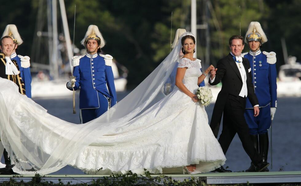 VALGTE OGSÅ BÅT: Etter vielsen mellom prinsesse Madeleine og Chris ONeill i 2013, ble bryllupsgjestene fraktet i båt ut til Drottningholm slott. Her ankommer brudeparet bryllupsmiddagen båtveien. Foto: NTB scanpix