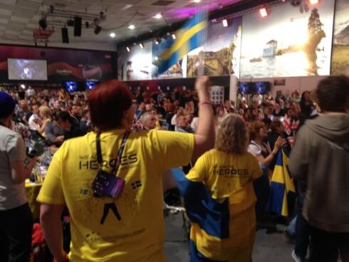 HEIA SVERIGE: Også da svenskenes forhåndsfavoritt gikk på scenen ble det stor jubel på presserommet. Foto: Marius Kromvoll, Se og Hør