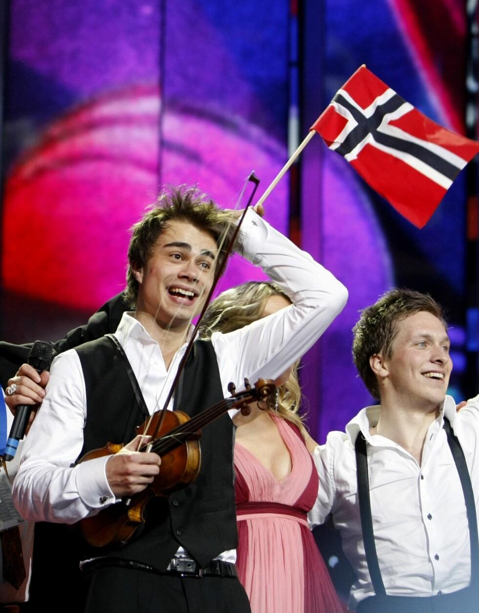 OVERLEGEN SEIER: En himmelfallen Alexander Rybak etter at seieren var et faktum i Eurovision Song Contest i Moskva i mai 2009. Foto: REUTERS