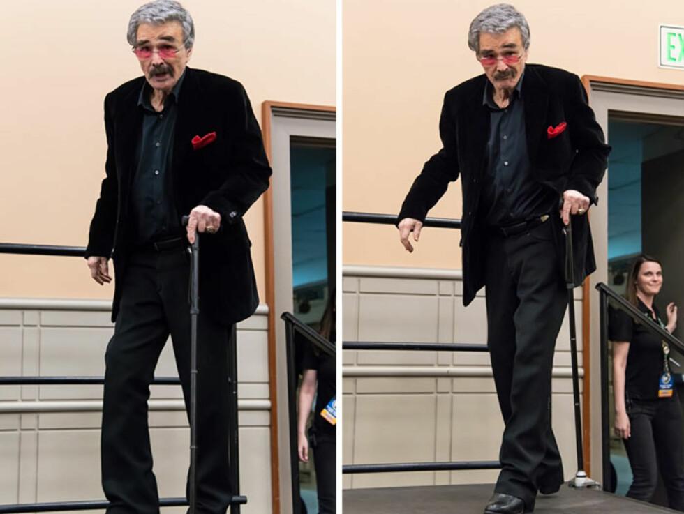 <strong>ALDRENDE STJERNE:</strong> 79 år gamle Burt Reynolds virket i godt humør på Wizard World Comic Con, men måtte støtte seg til en stokk. Flere av Daily Mails lesere reagerer på hvor tynn og skrøpelig han ser ut. Foto: NTB Scanpix
