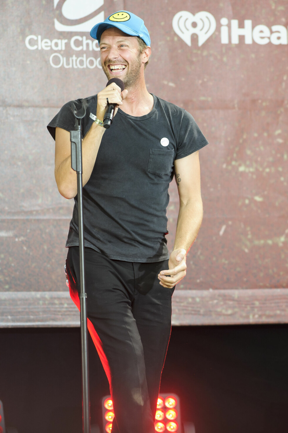 <strong>GLAD:</strong> Den britiske artisten Chris Martin er et eneste stort smil om dagen - han har kapret den amerikanske skuespilleren Jennifer Lawrence. Her fra en konsert i Washington, D.C. i midten av april. Foto: NTB Scanpix
