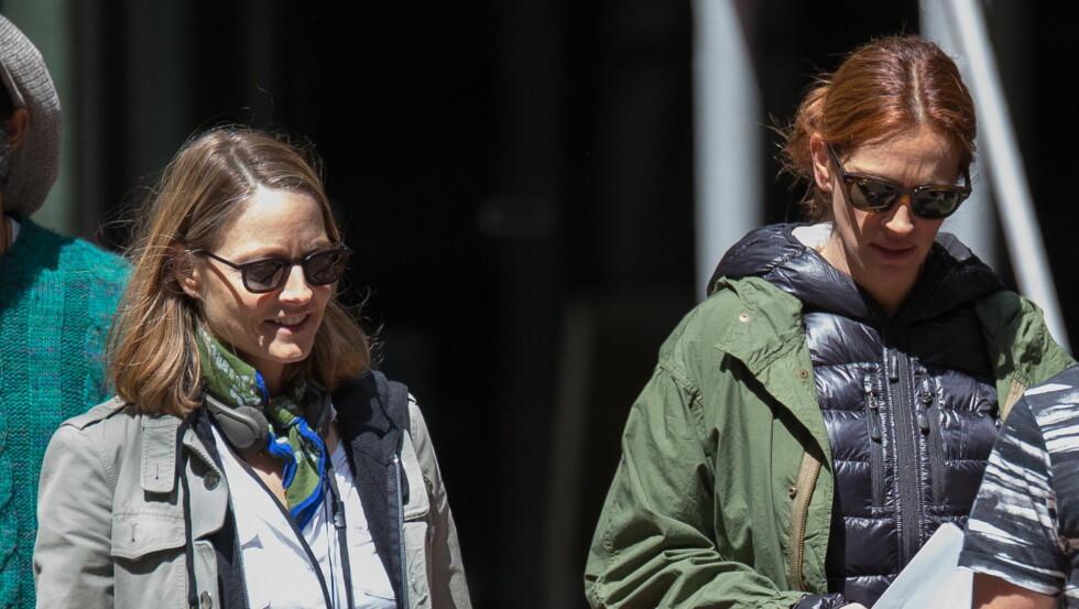 <strong>FÅR RÅD:</strong> Til tross for at hun er en verdens største filmstjerner, tar Julia Roberts gladelig mot tips og veiledning fra sin sjef Jodie Foster. Foto: NTBScanpix/Splash News
