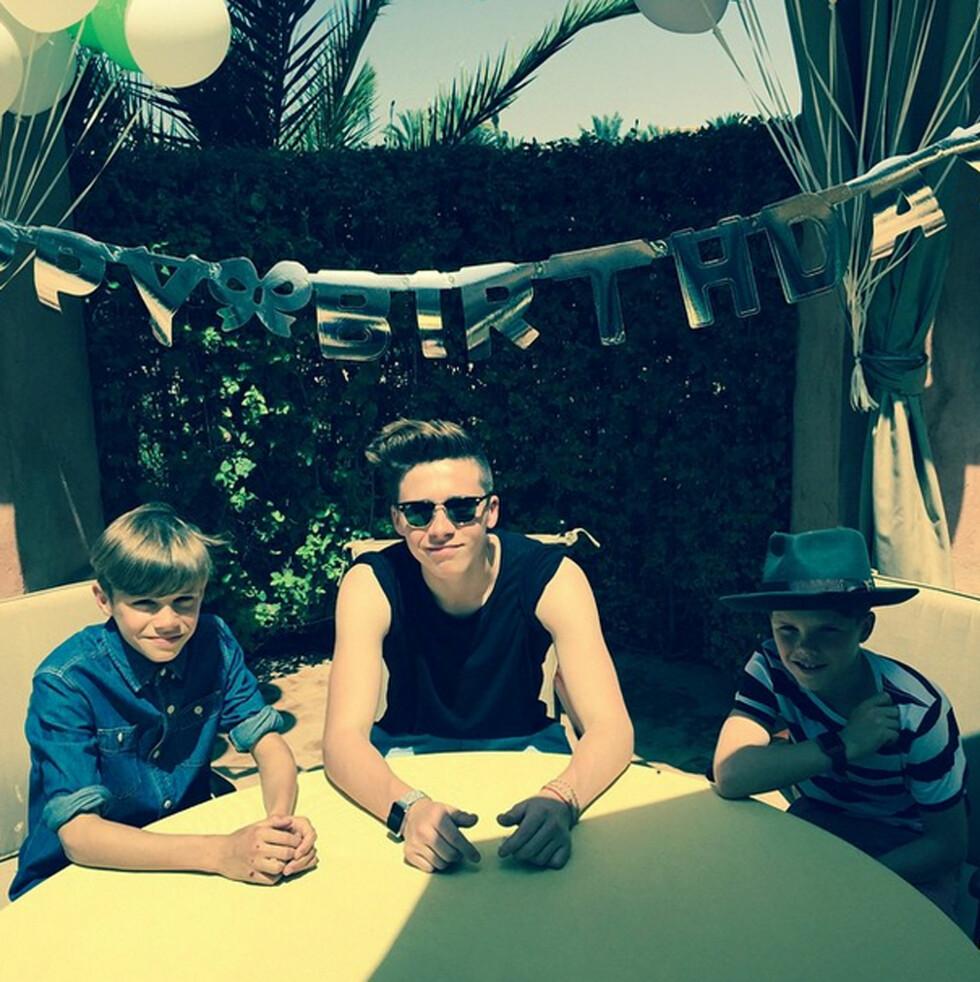 FEIRET PAPPA: Sønnene Brooklyn, Romeo og Cruz var selvfølgelig på plass i Marokko for å feire pappa. Foto: NTB Scanpix