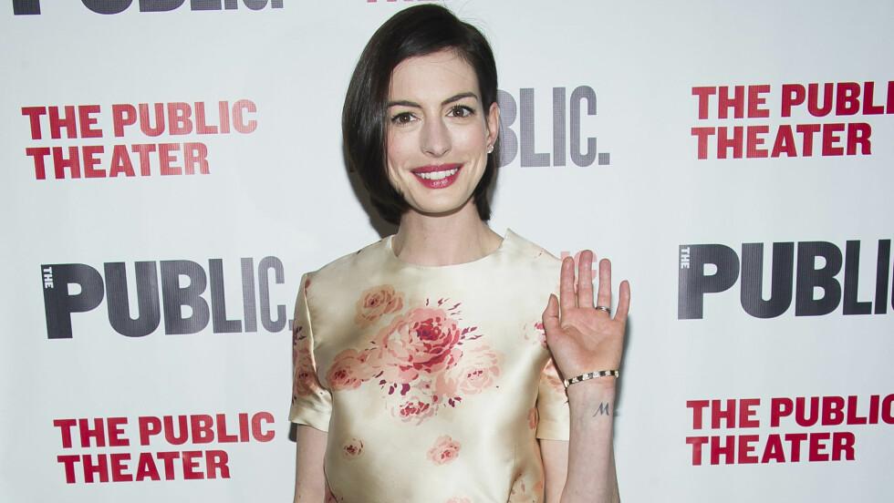 FILMSTJERNE: Anne Hathaway bruker kjensisstatusen sin til å støtte barn som ikke har vært like heldige som henne selv i oppveksten. Foto: NTBscanpix
