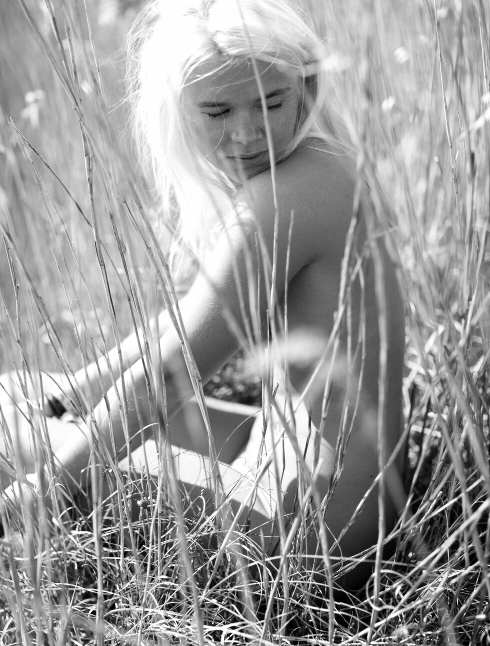 OVERRASKET TØNSBERG-BEBOERE: - Det var flere forbipasserende som så meg naken mens vi holdt på med fotoshooten, men jeg prøvde bare å smile tilbake til dem, sier Vida Lill til Seoghør.no. Foto: Rolf-Ørjan Høgset