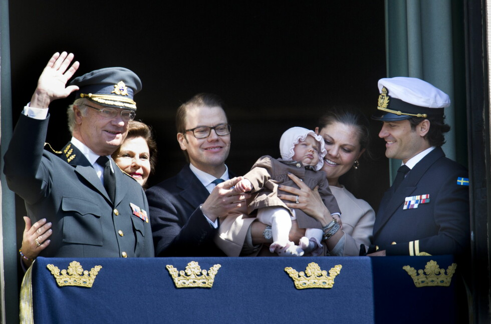 HISTORISK DETBUT: Bare drøye to måneder etter at Estelle kom til verden, var hun med på balkongen for å feire morfar Carl Gustafs 66-årsdag. Foto: NTBscanpix