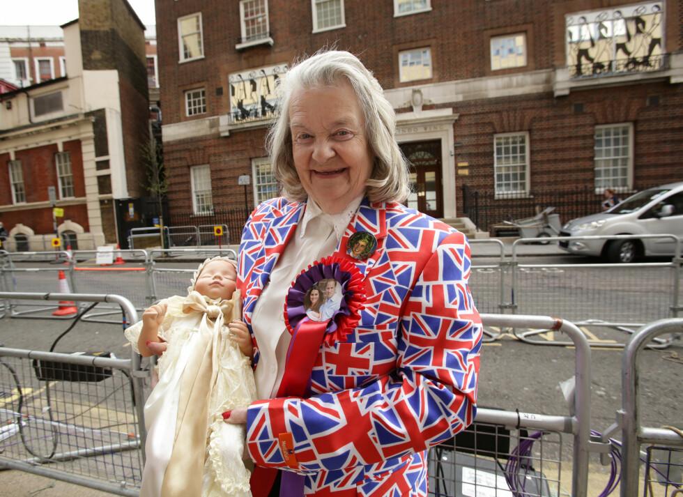 MED DUKKE: Den kongelige beundreren Margaret Tyler har tatt med seg en dukke kledd i dåpskjole... Foto: Pa Photos