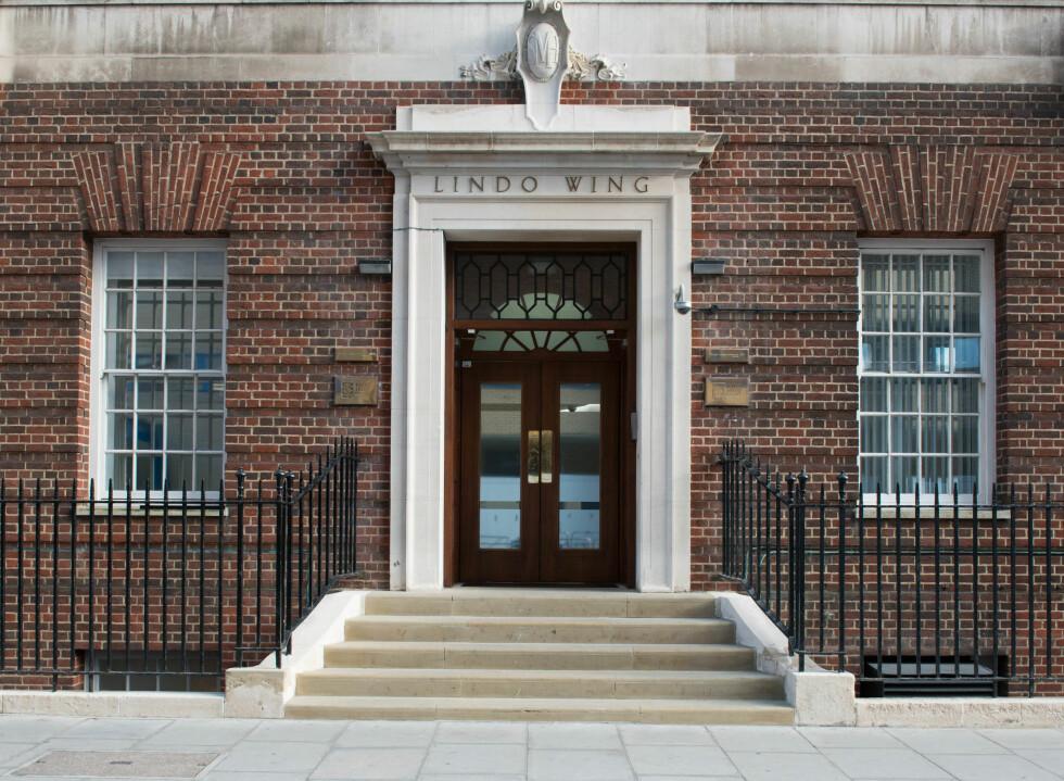 DØREN: Beundrerne har ligget i dagevis for å se Kate og William komme ut av denne døren ved St. Marys Hospital i London. Her kom også Diana ut med sine to prinser. Foto: Demotix
