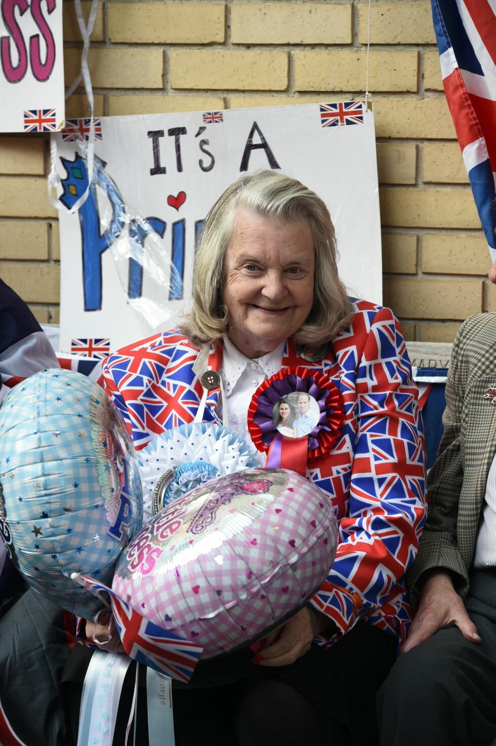 BALLONGER: Damen med dukken har også ballonger klare til Kate og William. En blå og en rosa, for sikkerhets skyld. Foto: Pa Photos