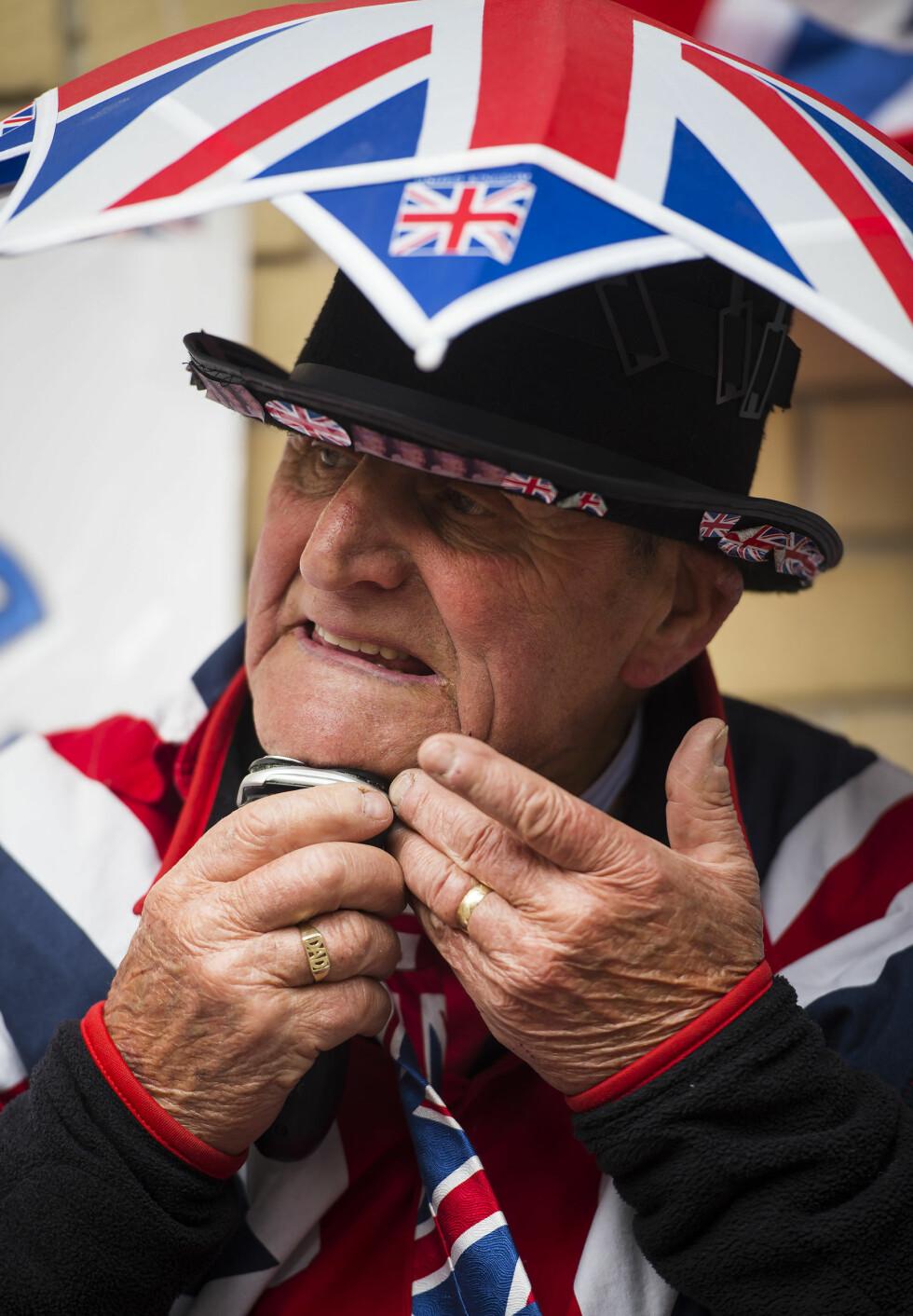 MORGENSTELLET: Den kongelige beundreren tar ingen sjanser med å stikke av - barberingen gjøres på fortauet utenfor sykehuset. Foto: SipaUSA