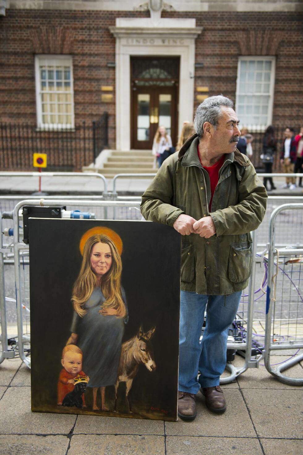 KUNST:En brite utenfor sykehuset har malt et artig bilde av en høygravid hertuginne Kate og prins George - og et esel... Foto: SipaUSA