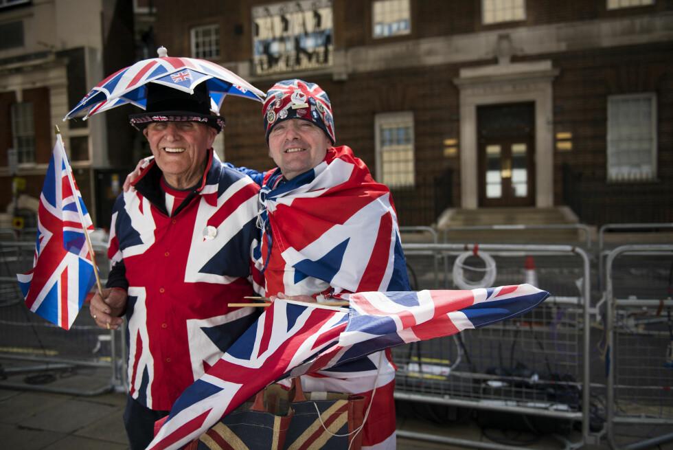 FARGEKLATTER: Terry Hutt og John Loughrey får forbipasserende til å trekke på smilebåndene... Foto: SipaUSA