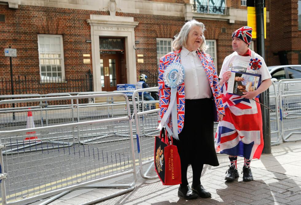 DET STØRSTE I VERDEN: Fansen håper Kate snart vil føde. Imens poserer de for britiske fotografer. Foto: Reuters