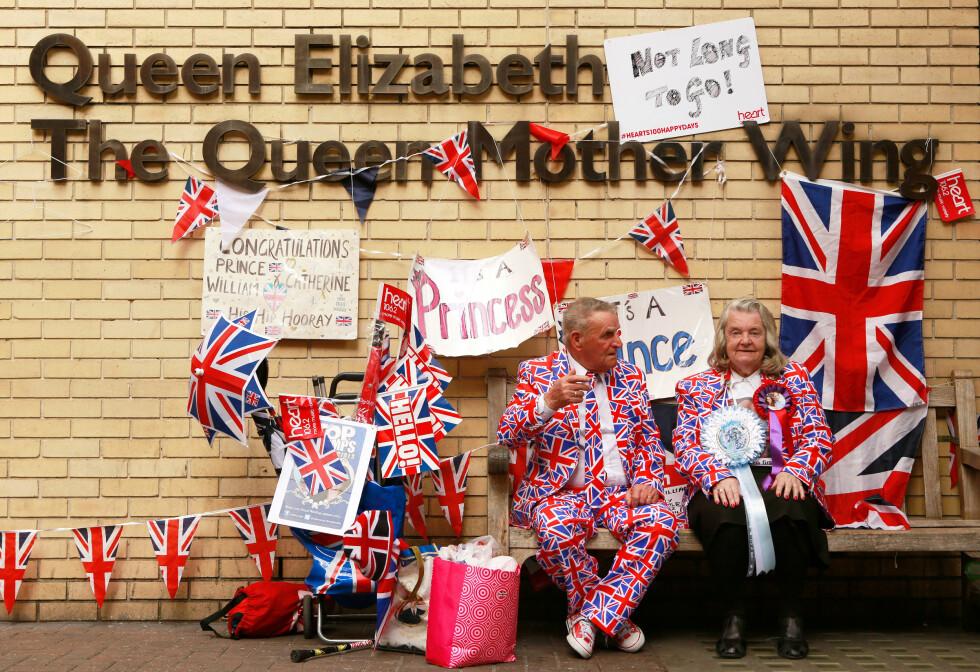 ALT KLART: De kongelige entusiastene har pyntet opp fasaden på sykehuset med flagg og plakater. Foto: Reuters