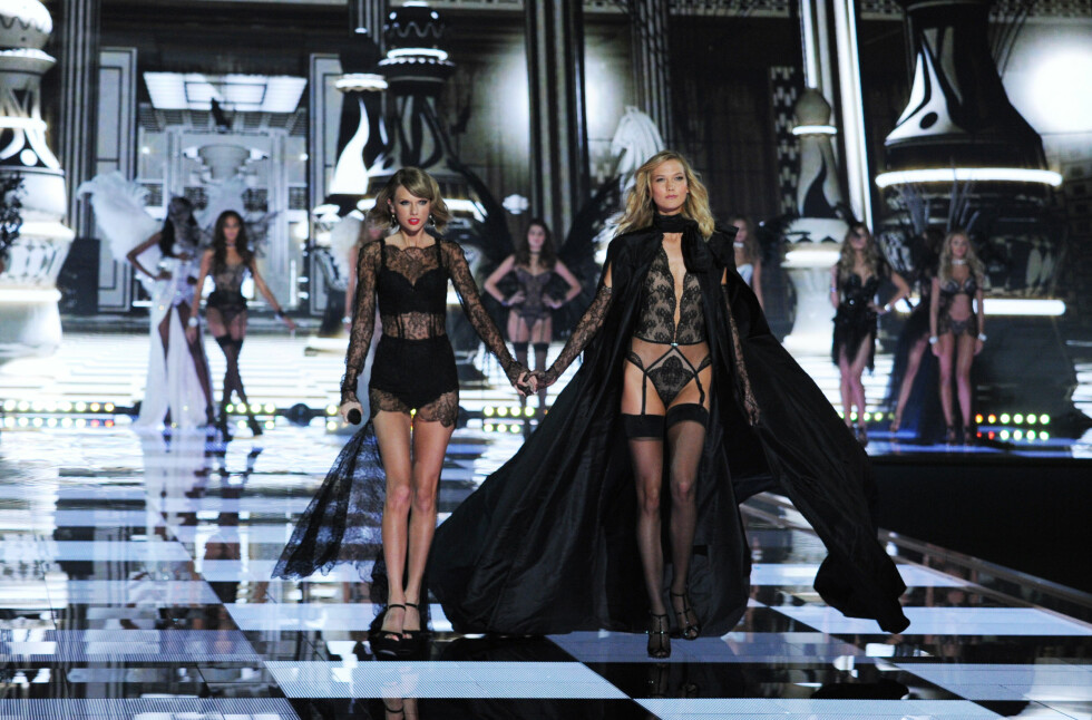 BESTISER: Taylor Swift (t.v) benyttet også opptredenen sin til å spankulere hånd i hånd på catwalken med bestevenninnen og toppmodellen Karlie Kloss. Foto: Stella Pictures
