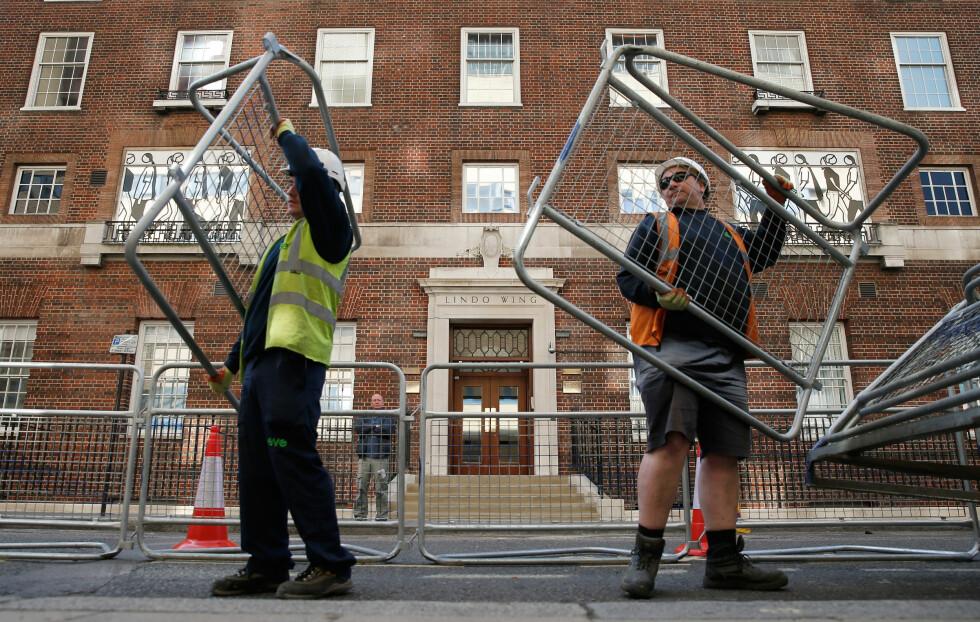 ALT ER KLART: Politiet har nå satt opp gjerder foran døren Kate og William kommer ut av etter fødselen. Foto: Reuters