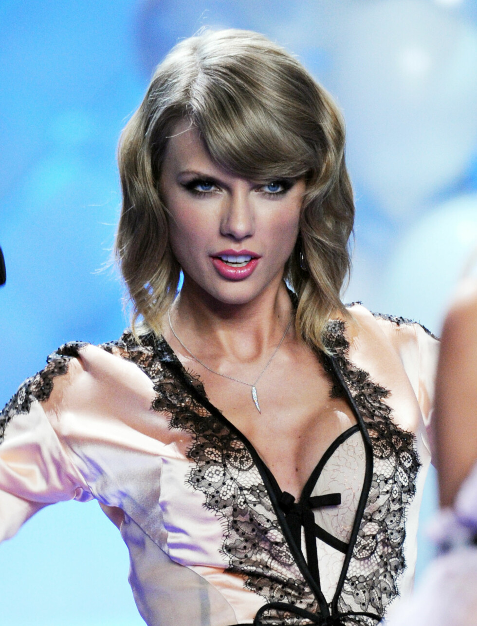 SENSUELL: Taylor Swift med push up-korsett og sexy blikk på catwalken. Foto: Stella Pictures