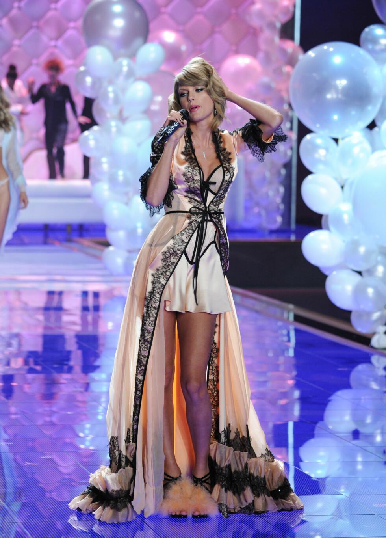 HEIT: Taylor Swift viste en svært sensuell side med sine sexy poseringer og undertøysantrekk. Foto: Stella Pictures