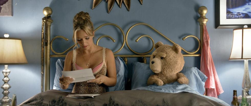 VIL HA BARN: Teddybjørnen Ted og hans kjæreste, som spilles av Jessica Barth, prøver å bli foreldre i den nye filmen «Ted 2» Foto: Filmweb