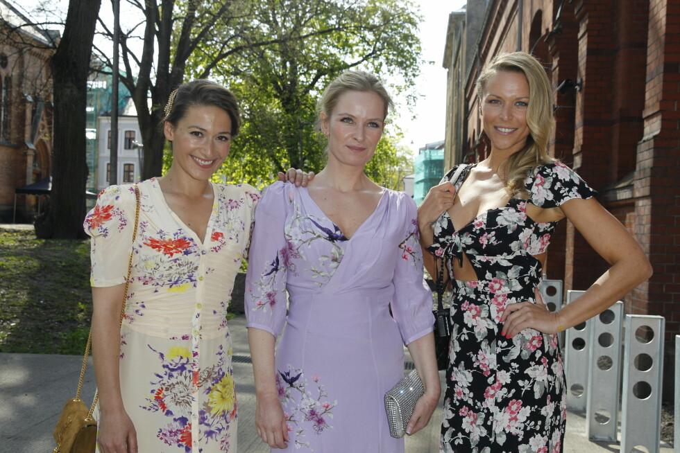 BLOMSTERPIKER (f.v): Pia Tjelta, Synnøve Skarbø og Vanessa Rudjord var klare for vårbryllupet i sine blomstrete kjoler.  Foto: Andreas Fadum, Se og Hør