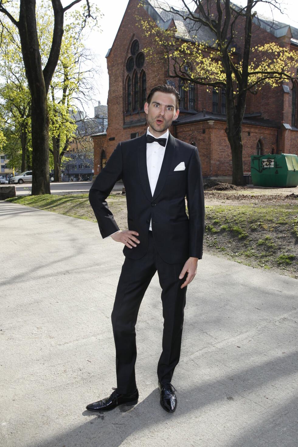 SPØKEFUGL: Komiker Henrik Thodesen dro til med noen tullete poseringer. Foto: Andreas Fadum, Se og Hør