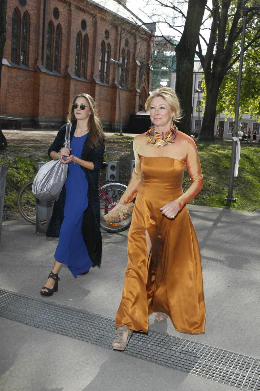 MOREN: Jenny Skavlans mor, Janicke Ebbing kom i en bronsefarget kjole til datterens bryllup. Foto: Andreas Fadum/Se og Hør