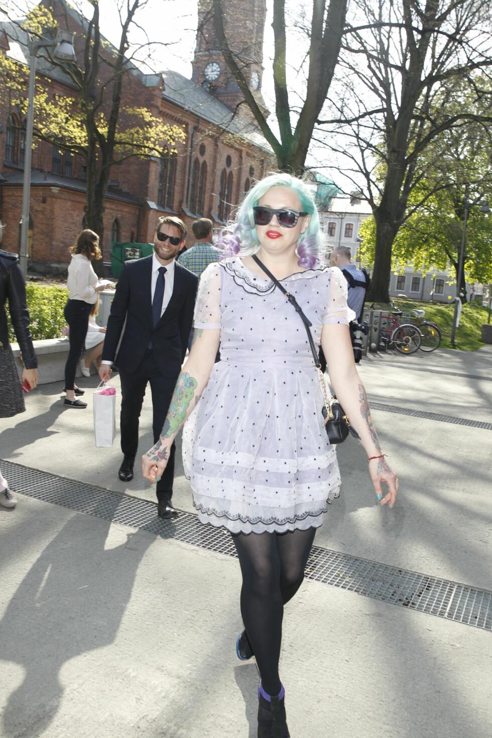LILLA: Motedesigner Fam Irvoll var kledd i en kjole som matchet (den ene) hårfargen sin. Foto: Andreas Fadum, Se og Hør