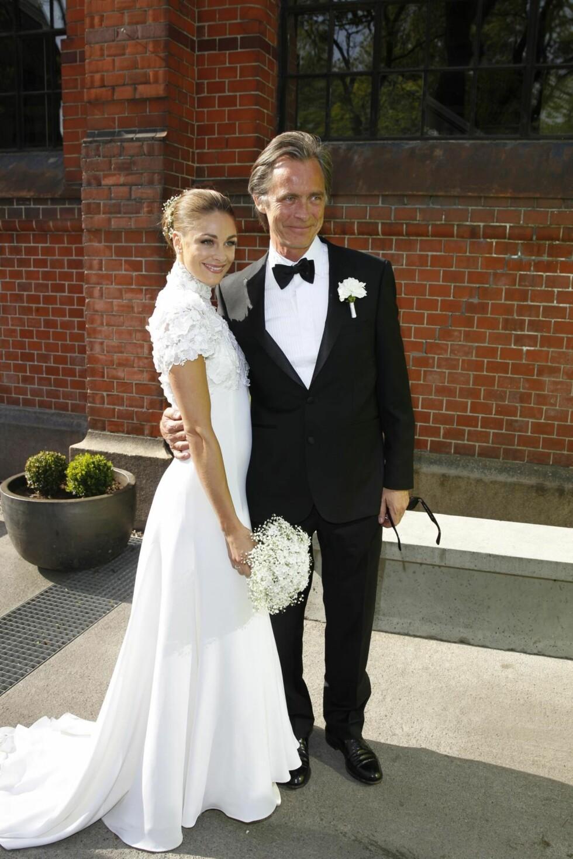 MED PAPPA: Pappa Jørgen Skavlan førte datteren Jenny inn i kirken.  Foto: Andreas Fadum/Se og Hør