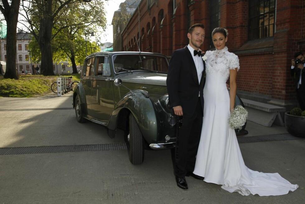 VAKKERT PAR: Jenny Skavlan og Thomas Gullestad poserte villig foran veteranbilen.  Foto: Andreas Fadum/Se og Hør