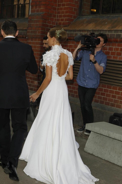 VISTE RYGGEN: Jenny Skavlan med vakre detaljer på sin hjemmesydde brudekjole. Foto: Andreas Fadum/Se og Hør