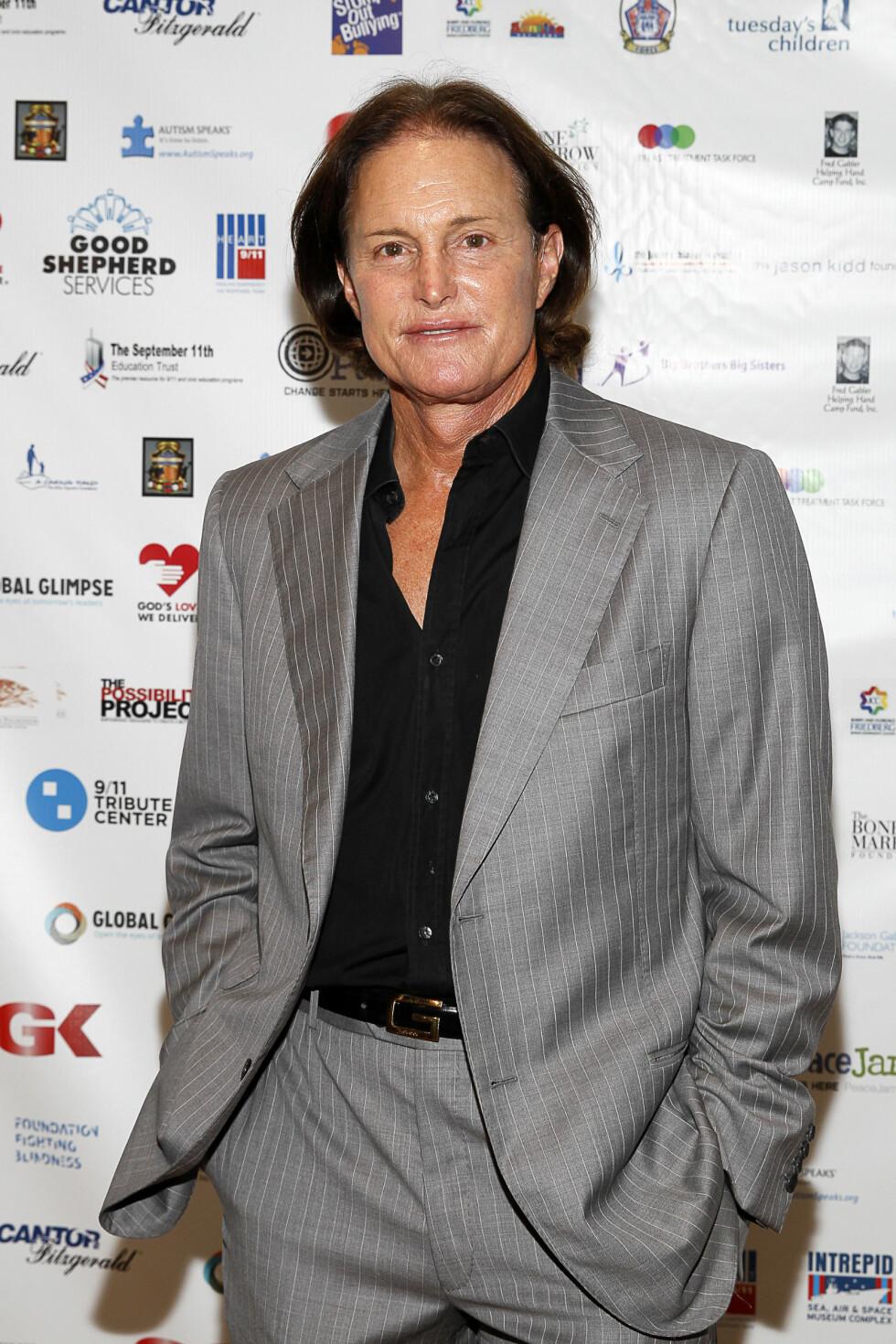 STRAM I MASKA: Bruce Jenner fotografert på et sportsevent i New York i 2013. De siste årene har reality-kjendisen latt håret gro. Foto: NTB Scanpix