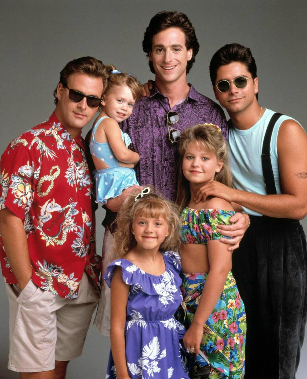 TV-FAMILIE (f.v): Dave Coulier, Ashley/ Mary-Kate Olsen, Bob Saget, John Stamos, Candace Cameron Bure og Jodie Sweetin (foran) i «Under samme tak».  Foto: NTB Scanpix