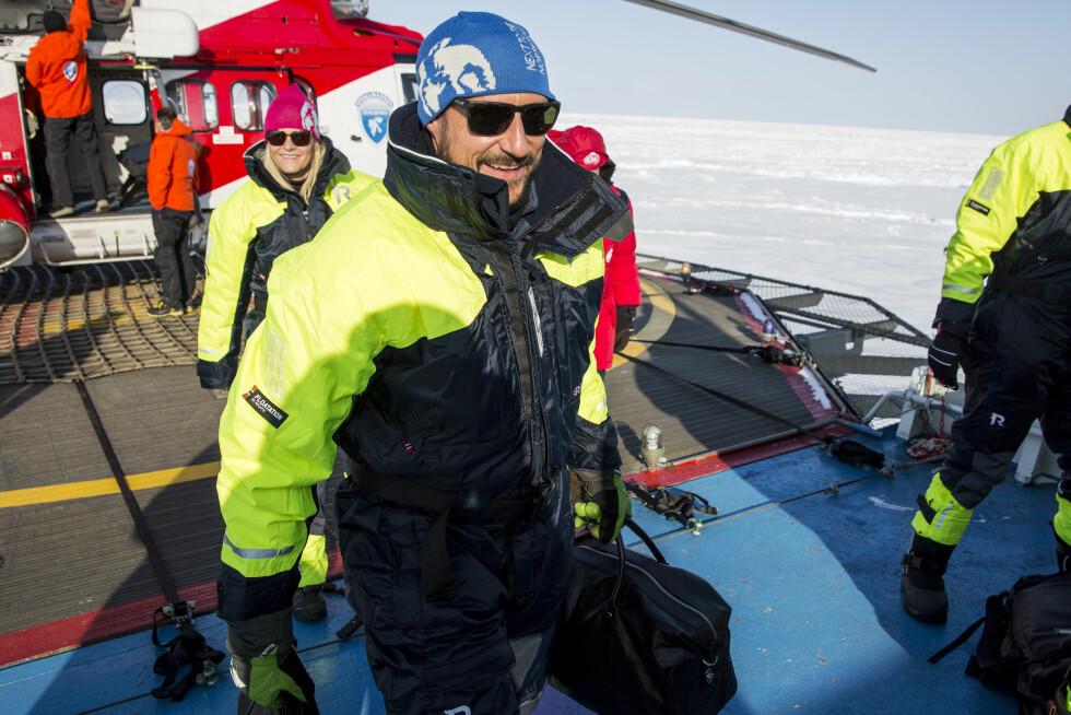 VARM VELKOMST: Selv om sola skinte hadde kronprinsparet kledd seg godt. Her ankommer de båten i isødet. Foto: NTB scanpix