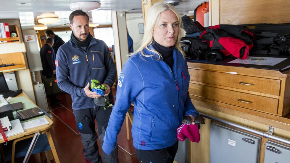 ENKLE FORHOLD: Kronprins Haakon og kronprinsesse Mette-Marit har i natt overnattet i en kahytt på forskningsskipet Lance i isødet utenfor Svalbard. Foto: NTB scanpix