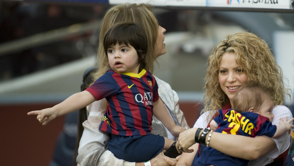 HEIA PAPPA: Milan og Sasha var med mamma Shakira på fotballkamp i helgen. De fikk se at pappa Gerard Piqué og hans Barcelona vant 2-0 over Valencia. Foto: Splash News