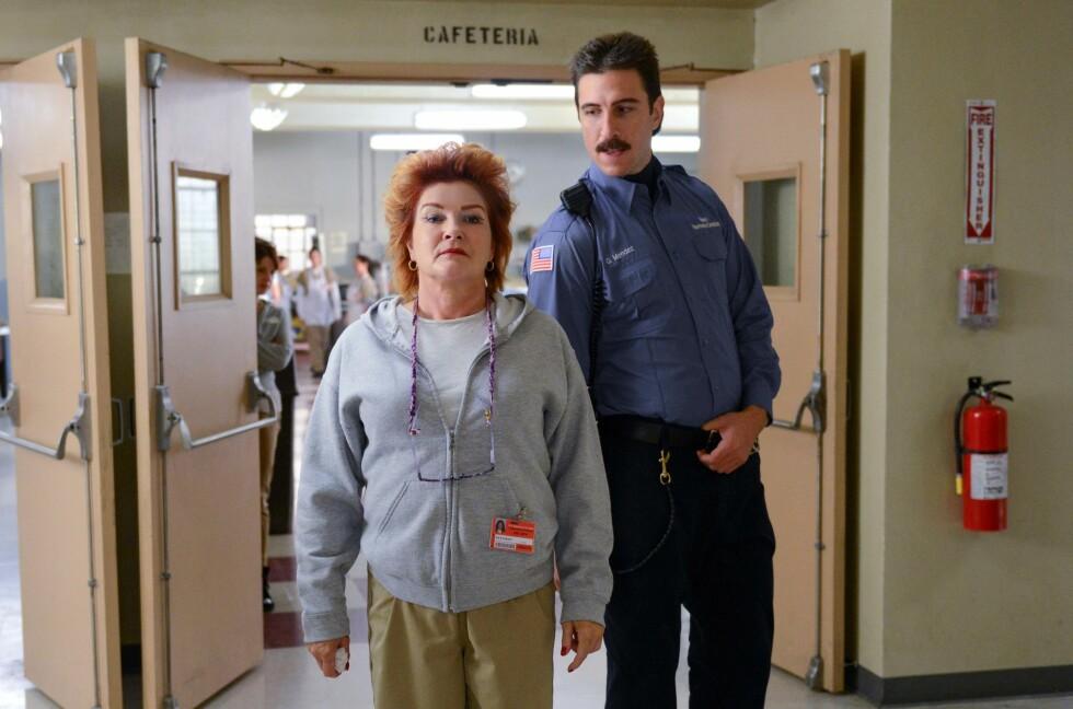 SUKSESS-SERIE: Kate Mulgrew har blitt verdenskjent i rollen som Red i Orange Is the New Black. Her i en scene med fangevokteren George Mendez, spilt av Pablo Schreiber. Foto: NTBscanpix