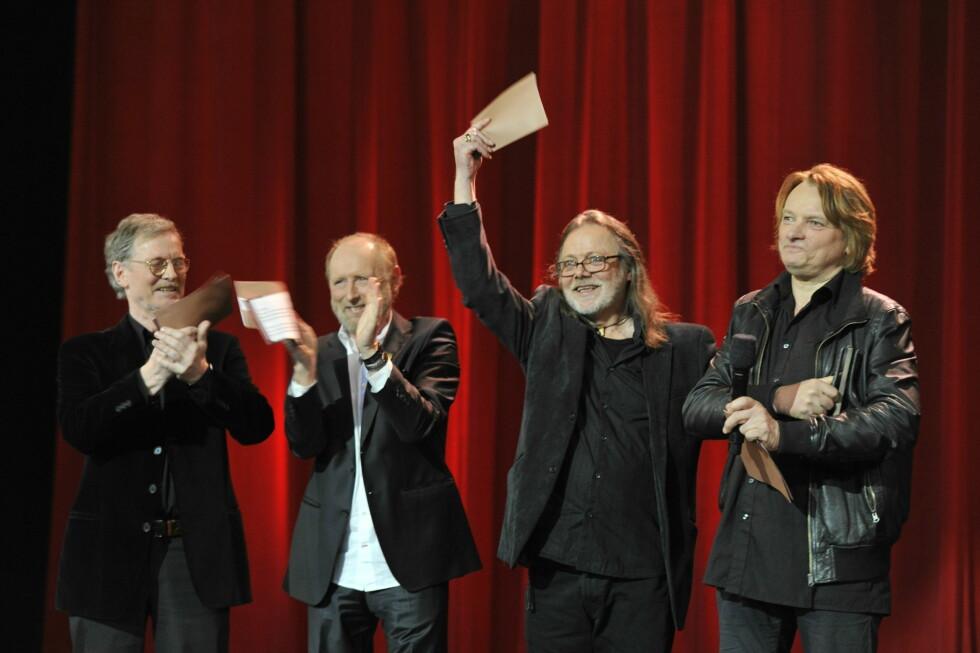POPULÆR GJENG: Gitarkameratene Øystein Sunde, Halvdan Sivertsen, Lillebjørn Nilsen og Jan Eggum vant hedersprisen under utdelingen av Spellemannprisen 2011 i Folketeatret i Oslo. Foto: NTB scanpix