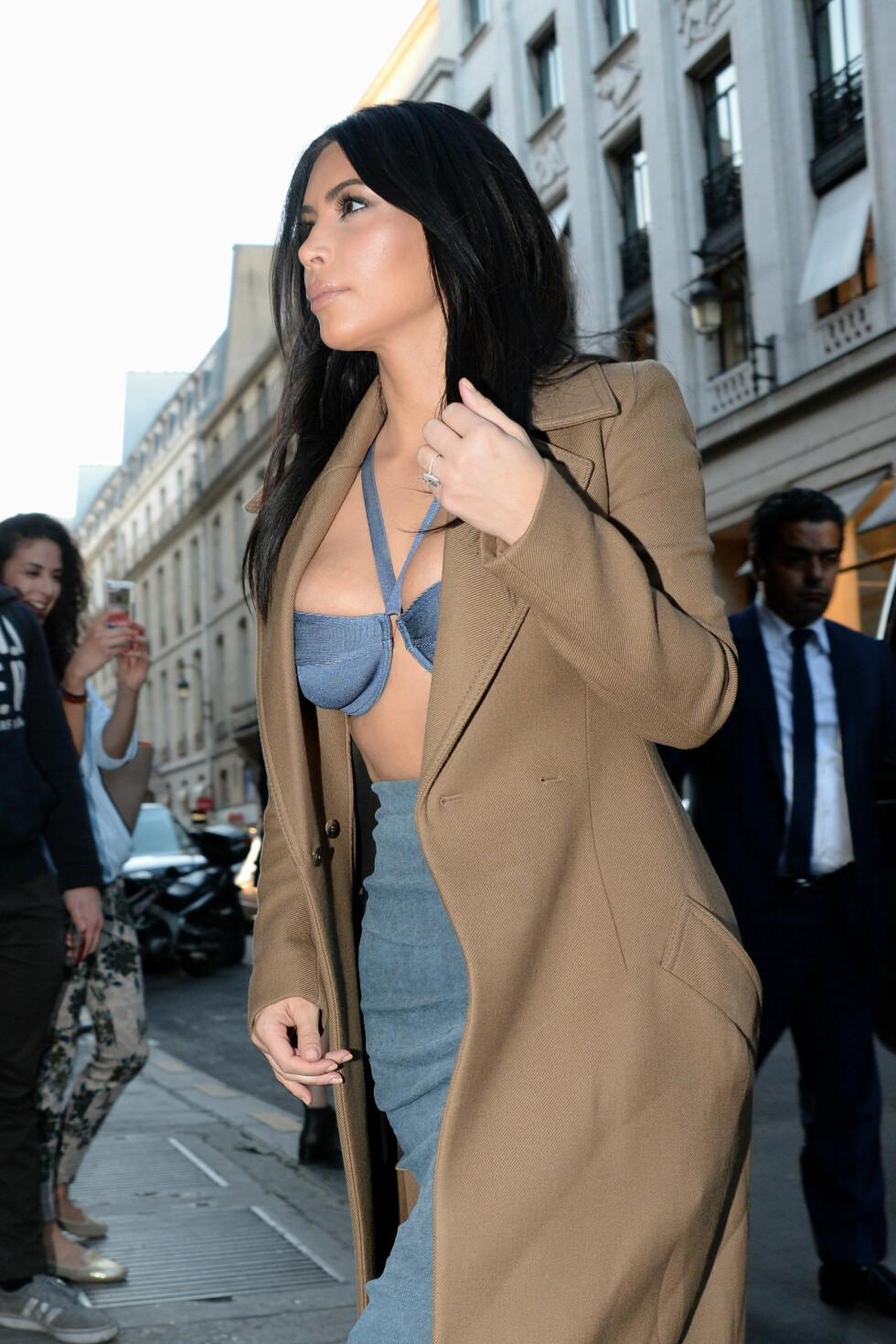 LITT FOR LITEN?: Kim Kardashians bikini-lignende topp så ut til å være i minste laget, da hun viste frem formene på shoppingtur i Paris. Foto: Abaca